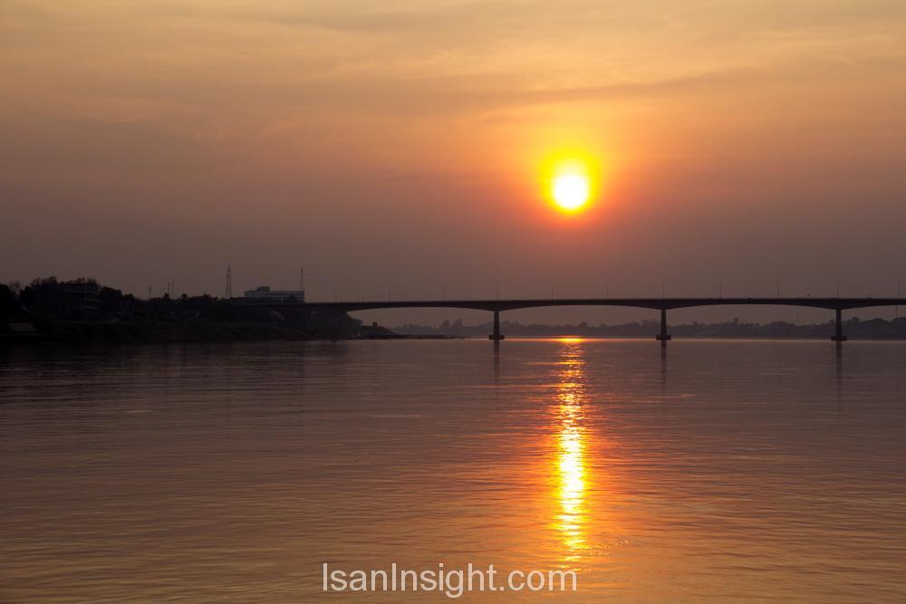 วิวนั่งเรือแม่น้ำโขงชมพระอาทิตย์ตก สะพานมิตรภาพไทย-ลาว หนองคาย